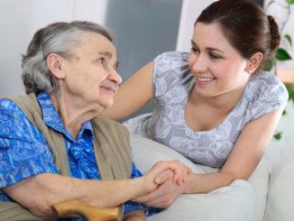 cuidador y anciana