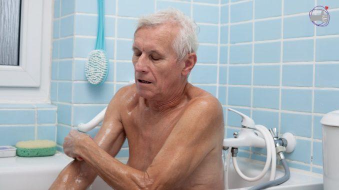persona mayor en la bañera