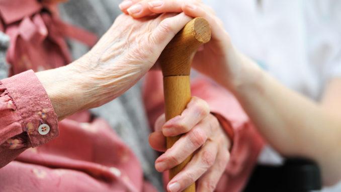 persona mayor con bastón
