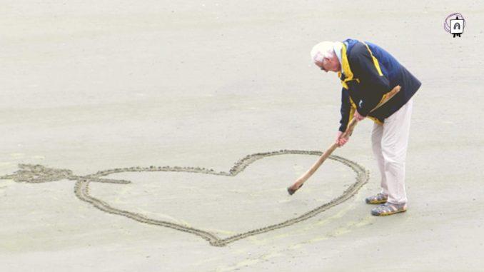 anciano en la playa