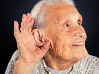 anciana con problemas de audición
