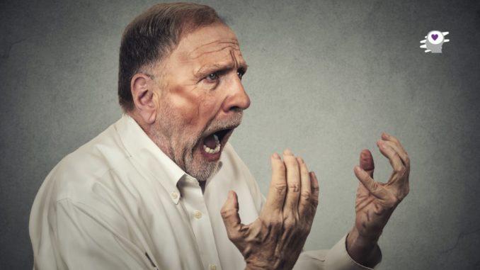 mayor agitado gritando