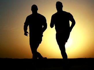 adultos corriendo