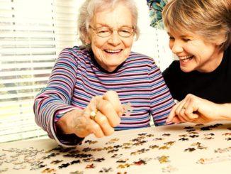 anciana y cuidadora felices