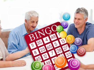 mayores jugando a bingo