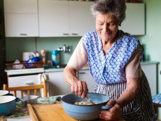 cocina persona mayor
