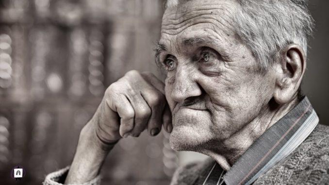 persona mayor meditando