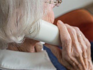 anciana al telefono