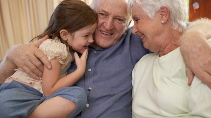 abuelos y nieta
