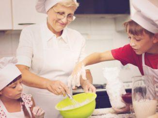 abuela cocinando con nietos