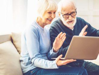 personas mayores con videollamada