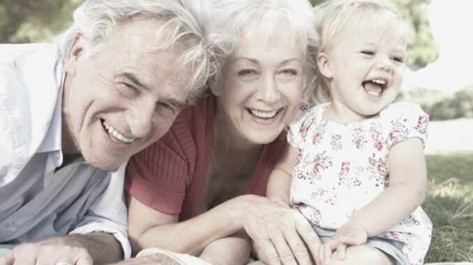 niña y abuelos