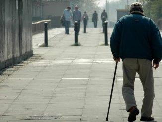 anciano deambulando