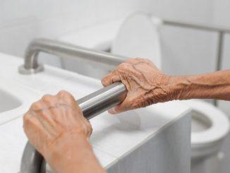 anciana en el baño