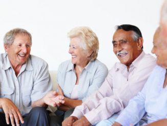 personas charlando buen oyentes