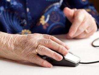 anciana con mouse