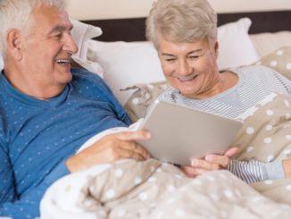 personas mayores en dormitorio